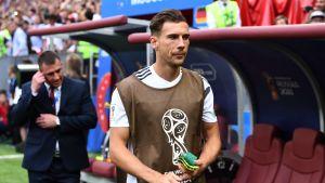 Tysklands Leon Goretzka på väg att värma upp inför VM-matchen mot Mexiko.