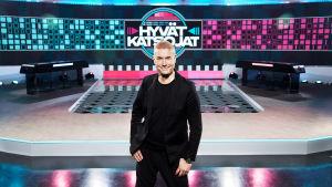 Marco Bjurström poseeraa Hyvät katsojat -studiossa.