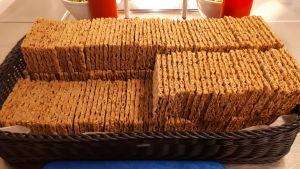 Stor mängd knäckebröd fint uppradat i en stor korg.