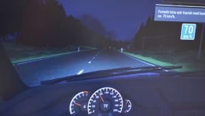 Körsimulator i mörkerkörningsläge.