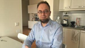 Ambrosius Wollstén har deltagit i flera protester och säger att det är viktigt att göra sin röst hörd också mellan valen. Han är kritisk till att medborgarorganisationer och andra grupper inte hörts under lagberedningsprocessen.