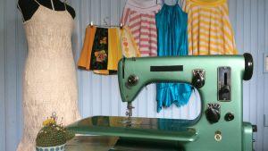 Symaskin, nåldyna, klänningar och kjolar.