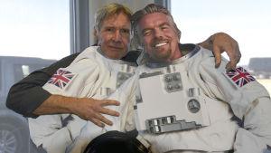 Skådespelaren Harrison Ford poserar med en paffdocka föreställande Richard Branson.