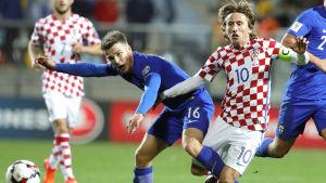 Luka Modric och Simon Skrabb i kamp om bollen.