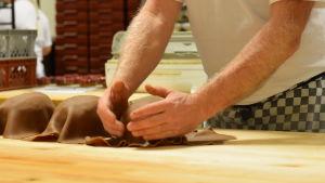 Några tårtor förse med brunt marsipantäcke. Ska bli kottekakor.