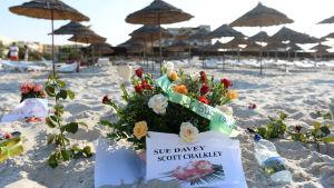 Blommor på en strand efter terrorattacken i Sousse i Tunisien år 2015