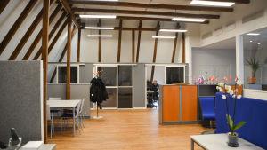 vindslokal med modernt kontor