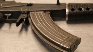Rynnäkkökivääri pöydällä
