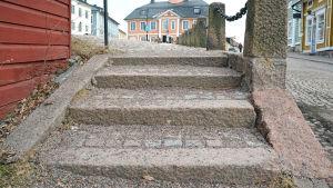 Grustäckt trappa.