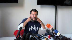 Jag bryr mig inte om vem folk älskar men jag kommer att bekämpa genusteorier så länge jag lever sade Matteo Salvini samtidigt som feministiska motdemonstrationer gick förbi utanför