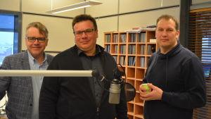 Peter Östman (KD), Niklas Sjöskog (SFP) och Viktor Kock (SDP) poserar i en radiostudio.