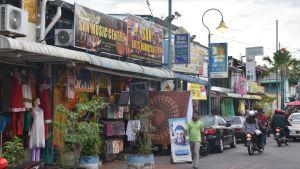 Reklamskyltar utanför butiker i Georgetown, Malaysia.