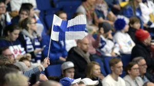 Finlands flagga i publiken under dam-VM i ishockey 2019.