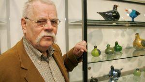 Oiva Toikka med sina kända glasfåglar