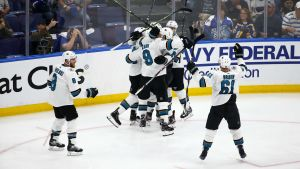 San Jose Sharks firar Erik Karlssons segermål.