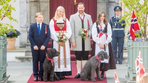 Den norska kronprinsfamiljen utanför sitt residens i Skaugum på 17 maj.