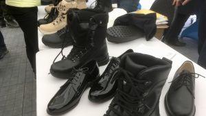 Marschkängor och andra skodon för militärer till salu på en vapenhandelstillställning i Estland.