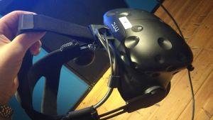 Närbild på en svart hjälm med virtuella glasögon.
