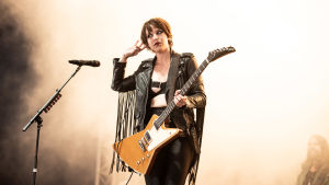 Lzzy Hale på scenen på Tuska 2019.