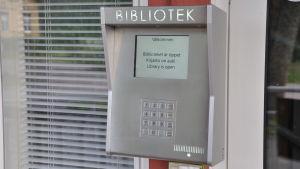 En portkodsläsare utanför Houtskärs bibliotek.