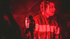 Asap Rocky Blockfest-lavalla. Artistista näkyy tumma, punainen silhuetti kun hän seisoo oman screenille heijastetun kuvansa edessä.