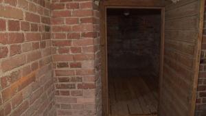 Källarutrymme i ett gammalt stadshus. Väggarna är av rödtegel.