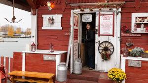 Kirjailija Malin Kivelä tulossa ulos kahvila Regatasta.