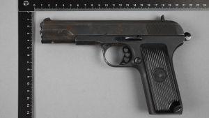 Gärningsmannens pistol på en bild från polisen.