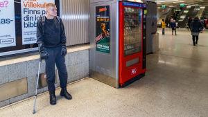 Mikko Huttunen metroasemalla.