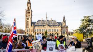 Demonstranter som stöder rohingyerna. Haag 10.12.2019