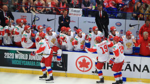 Ryska spelare firar ett mål