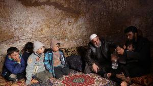 Uppemot en miljon människor har tvingats på flykt undan regeringsoffensiven i Idlib-provinsen. Den här familjen fotograferades förra helgen i ett underjordiskt skydd i byn Tallouna, 17 kilometer nordväst om staden Idlib.