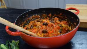 Gryta med en tjockare tomatsås i ett kök