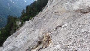 En lavin har förstört en tidigare cykelväg i Slovenien.