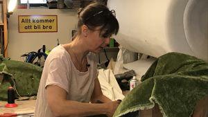 Annika Langenskiöld restaurerar en fåtölj