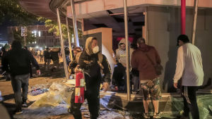 Många affärer blev plundrade i Minneapolis på torsdag kväll.