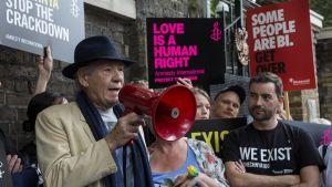 Demonstration mot förföljelse av sexuella minoriteter i Tjetjenien i London leds av skådespelaren Sir Ian McKellen.