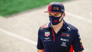 Max Verstappen går med munskydd.