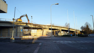 En arbetsmaskin river järnvägsbron i Hangö.