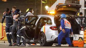 Romain Grosjean leds bort av banläkare.