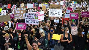 Demonstranterna bar på plakat där man krävde rättvisa för offren för sexuellt våld.