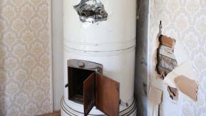 Sönderslagen kakelugn i Villa Soltuna i Nickby