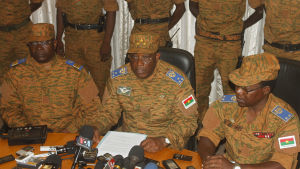 General Honoré Traoré  meddelar på en presskonferens i Ougadagougou att han tagit makten av president Blaise Compaoré.