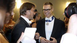 Teemu Selänne och statsminister Alexander Stubb i festvimlet på slottsbalen.