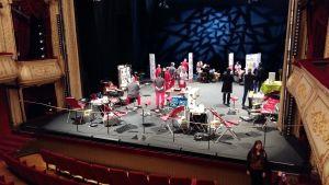 Blodgivning på Åbo svenska teaters stora scen.