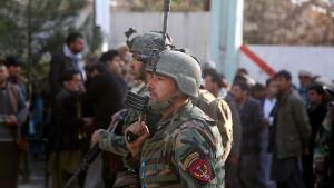 Afghanska soldater spärrar av en gata utanför ett sjukhus i Kabul där en terrorattack pågår.