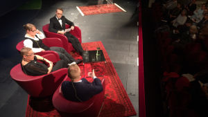 Historikerna Henrik Meinander och Anu Lahtinen och journalisten Suvi Ahola i paneldebatten om storkvinnor vid Föredragsmaraton i Helsingfors den 8 september 2017. Debatten leddes av Axel Åman.