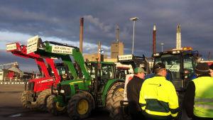 Jordbrukare protesterar i Vasa hamn