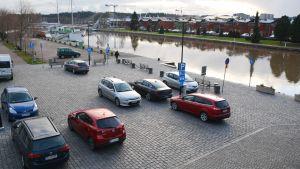Brotorget i Borgå med parkerade bilar