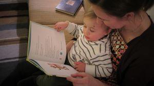 mamma läser för sitt barn